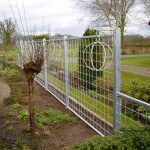 Metalen frame om klimplanten tegen aan te laten groeien. Als tuin/erf afscheiding.