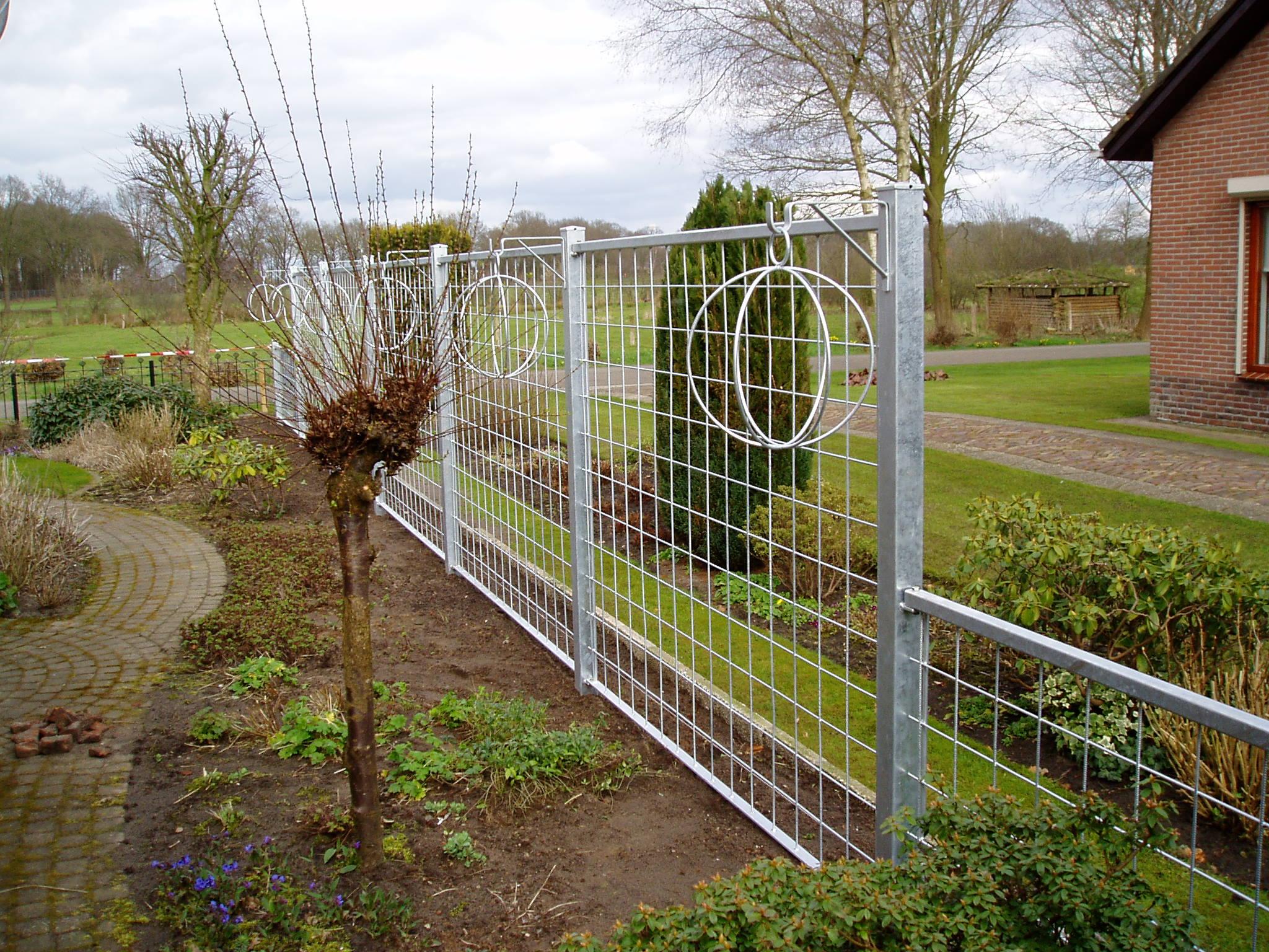 Metalen frame om klimplanten tegen aan te laten groeien for Tuin aan laten leggen