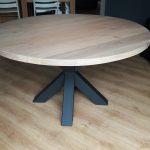 Ronde tafel, onderstel is mat zwart gecoat en het blad is massief eiken en +/- 5 cm. dik.